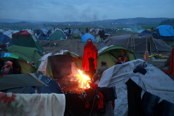 Tábor Idomeni po západe Slnka.