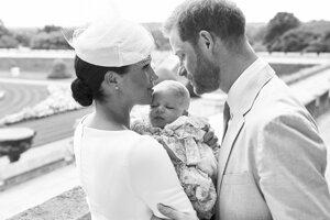 Britský princ Harry (vpravo) a jeho manželka Meghan so svojím synom Archiem 6. júla 2019 v areáli Windsorského zámku.