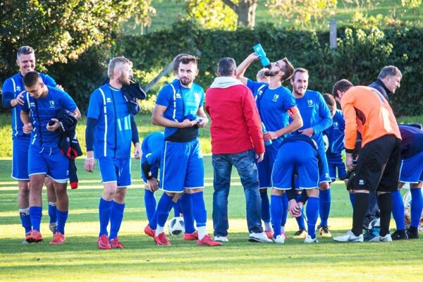 Futbalisti FC ViOn C/Volkovce sa stali víťazmi šiestej ligy a postupujú do piatej ligy Stred.