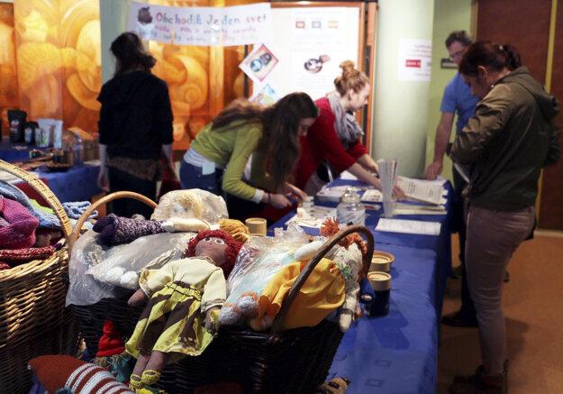Obchodík Jeden svet, v ktorom aktivisti predávali návštevníkom ručne zhotovené bábiky, štrikované ponožky a iné predmety.