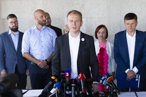 Michal Truban, Miroslav Beblavý, Alojz Hlina a ďalší po podpise dohody.