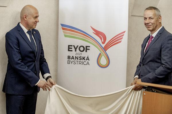 Primátor Banskej Bystrice Ján Nosko a prezident Slovenského olympijského a športového výboru Anton Siekel po odhalení loga Európskeho olympijského festivalu mládeže