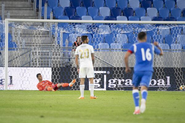Brankár Slovana Dominik Greif reaguje po inkasovaní vyrovnávajúceho gólu.