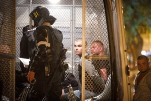 Polícia zatýka výtržníkov v Starom Meste.