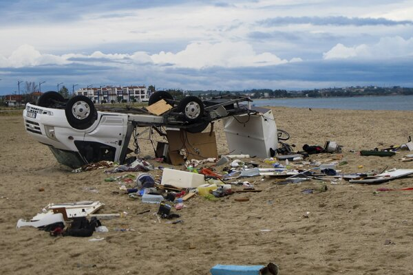 Prevrátený karavan na pláži v obci Sozopoli v regióne Chalkidiki.