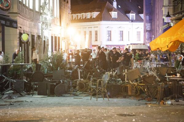 Polícia počas zásahu po bitke a výtržnostiach zahraničných futbalových fanúšikov na Ventúrskej ulici v bratislavskom Starom Meste.