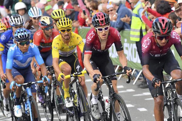Hlavná skupina cyklistov v stúpaní pred cieľom 6. etapy Tour de France 2019. Sprava Egan Bernal, Geraint Thomas a Julian Alaphilippe.