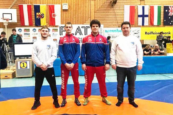 Vladimír Humay (vpravo) pri tohtoročnom výjazde zápasníkov TJ AC Nitra do Rakúska. Vedľa neho jeho syn Matúš.
