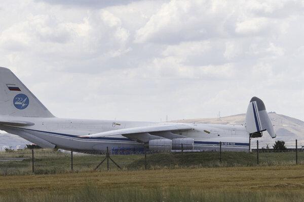 Transportné lietadlo priviezlo prvé časti protiraketového systému.