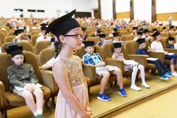 Na snímke slávnostná promócia absolventov detskej Nitrianskej letnej univerzity (NLU), na ktorej bol absolventom udelený certifikát s titulom Academicus Nitriensis Jr. v Nitre 12. júla 2019. Projekt je spoločným dielom SPU a UKF.