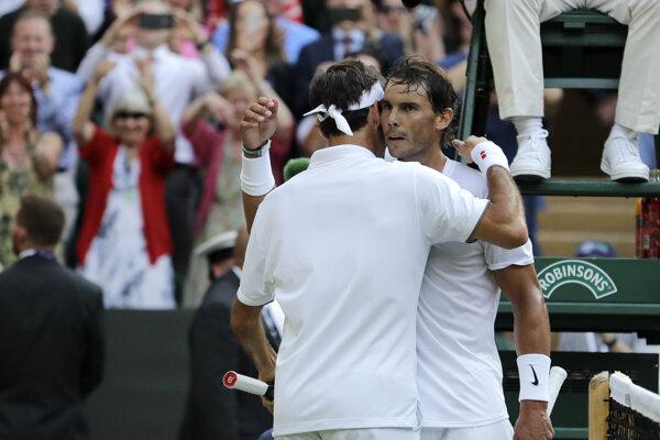 Rafael Nadal (vpravo) blahoželá Rogerovi Federerovi k postupu do finále Wimbledonu.