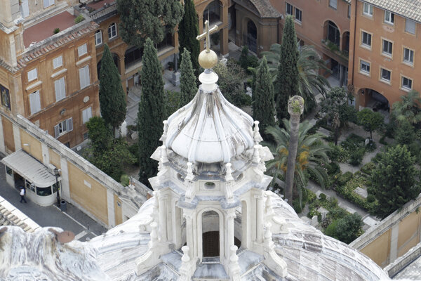 Teutónsky cintorín leží v tieni Baziliky svätého Petra.