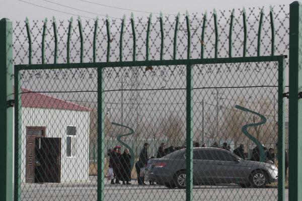 Odborno-vzdelávacie centrum v meste Artux v Sin-Ťiangu. Takéto zariadenia tvoria čínsky prevýchovný gulag pre Ujgurov.