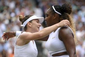 Simona Halepová (vľavo) sa objíma so Serenou Williamsovou po finále Wimbledonu.