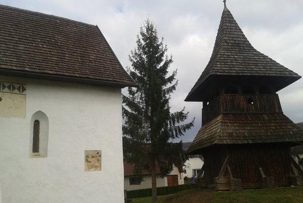 Zvonica v Turíčkach má novú šindľovú strechu.