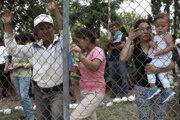 Migranti zo Strednej Ameriky v mexickom meste JUarez pri hraniciach s USA.