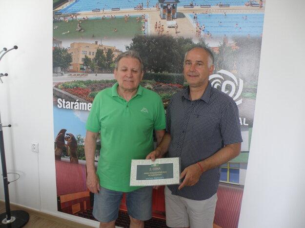 Druhú cenu si zrúk riaditeľa firmy Novovital Ľudovíta Lebó prevzal Michal Ďarmaty (vľavo).