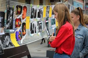 Fotografie boli vystavené na Národnej ulici.
