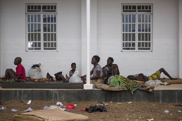 V Sierra Leone sú na ulici pacienti aj mŕtve telá.