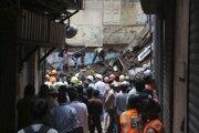 Záchranárom sa z trosiek podarilo vytiahnuť desať ranených.