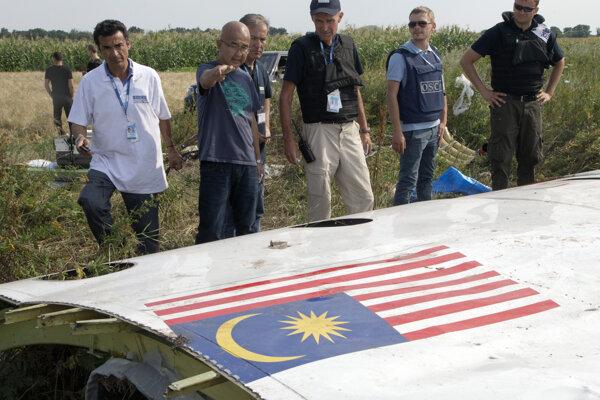 Vyšetrovatelia pri troskách letu MH17.