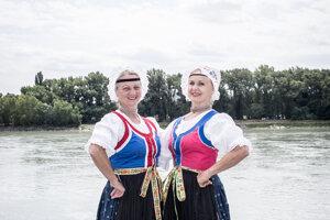 Zuzana Beňušková (vľavo) a Erika Mináriková začínali tancovať v Lúčnici v 70. rokoch.