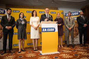 Zľava, členovia strany: Juraj Šeliga, Mária Kolíková, nová členka Veronika Remišová, zakladateľ Andrej Kiska a Vladimíra Marcinková.