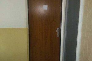 Za týmito dverami žil Lukáš so svojou starkou.