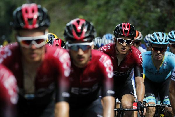 Geraint Thomas (druhý sprava) počas 12. etapy Tour de France 2019.