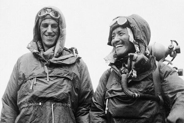 Nepálčan Sardar Tenzing Norgay (vpravo) a  Novozélanďan Edmund P. Hillary (vľavo) ukazujú 26. júna 1953 v Káthmandú výstroj, ktorú mali na sebe počas výstupu na najvyššiu horu sveta Mount Everest 29. mája 1953.
