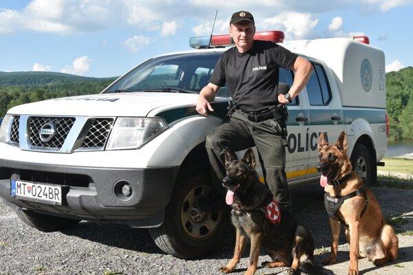 Policajný kynológ so sučkou Gwen (vpravo).