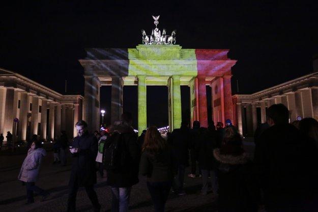 Brandenburská brána v Berlíne nasvietená do belgickej trikolóry.