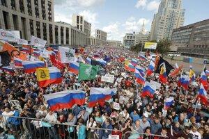 Na snímke účastníci protestného pochodu v Moskve proti rozhodnutiu volebnej komisie, ktorá odmietla zaregistrovať 57 nezávislých kandidátov do volieb do mestského parlamentu.
