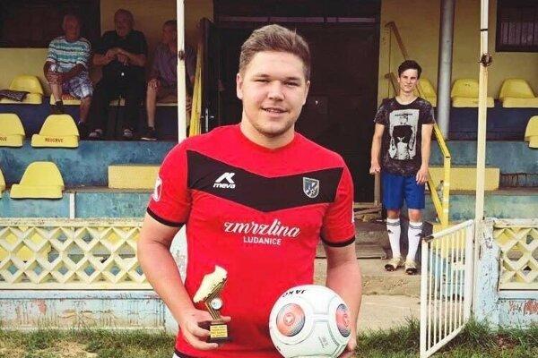 Matúš Uhlár strofejou pre najlepšieho strelca okresnej súťaže. VVI. lige ObFZ Topoľčany nastrieľal 27 gólov.
