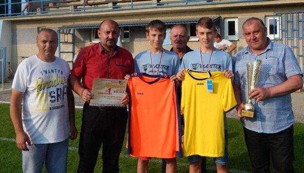 Víťazi z Bojnej si prevzali za prvenstvo okrem pohára aj sadu nových dresov.