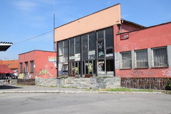 Pohľad na bývalú čakáreň autobusovej stanice v Trebišove. V súčasnosti prebieha proces budúcej výstavby terminálu integrovanej osobnej prepravy.