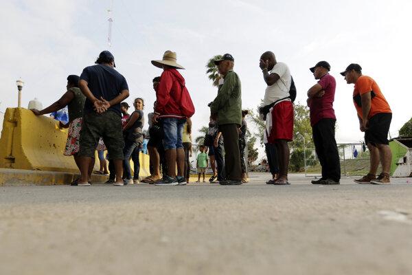 Ilustračné foto - migranti zo Strednej Ameriky na mexickej strane hranice s USA.
