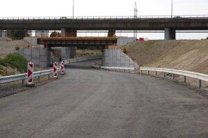 Pohľad na podjazd, ktorým sa budú autá z obchvatu v smere od letiska dostávať na Slovnaftskú.