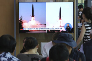 Juhokórejčania sledujú v správach informáciu o vystrelení dvoch rakiet.