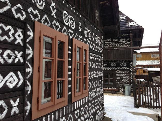 Ornamenty na čičmianskych dreveniciach sa kedysi maľovali vápnom a preto sa museli pravidelne obnovovať.