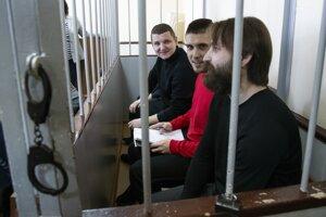 Traja zo zadržaných ukrajinských námorníkov.