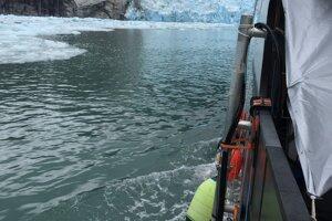Pohľad z výskumného plavidla MV Steller na ľadovec LeConte v auguste 2016. Tyč na boku plavidla drží sonarový nástroj, ktorý zbiera dáta o podmorskej časti ľadu.