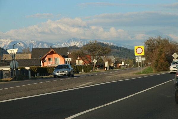 Ivachnová priamo susedí s diaľnicou.
