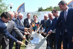 Slávnostné poklepanie základného kameňa pri príležitosti začatia výstavby I. etapy úseku rýchlostnej cesty R4 Prešov - severný obchvat.