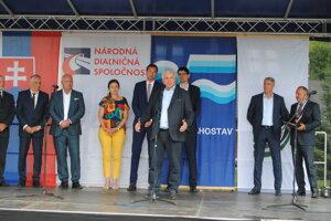 Minister dopravy a ďalší predstavitelia na poklepaní základného kameňa severného obchvatu Prešova.