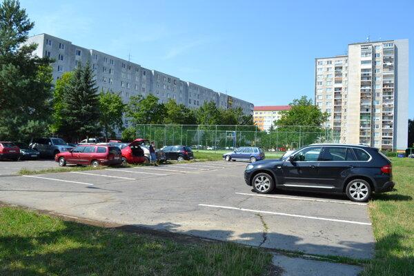 Z nevyužívaného ihriska je teraz parkovisko.