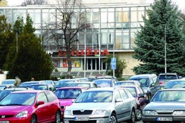 Približne pred desiatimi rokmi sa parkovalo aj v centre Levíc - na námestí.