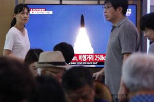 Odpal rakety KĽDR v juhokórejskej televízii.