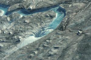 Nezvyčajne teplé počasie v Grónsku spôsobilo topenie ľadovcov.
