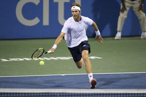 Norbert Gombos počas štvrťfinálového zápasu na turnaji ATP vo Washingtone proti Nickovi Kyrgiosovi.